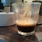Van gierende banden en espresso