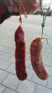 links een reeds 4 dagen gedroogd rood worstje en rechts een vers gefermenteerde groene